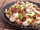 Рецепта Червен ориз с пилешки хапки от гърди и свежи краставици на тиган